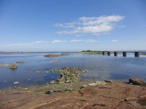 Vue des vestiges de l'arboriduc de Port-Cartier ainsi que du minéralier échoué Lady Era