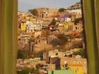 Vue de Guanajuato entre deux cactus