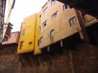 Des maisons perchées au-dessus du vide