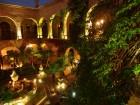 Un patio pris en photo de nuit