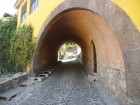 Une maison traversée par un tunnel