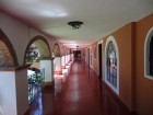 Un couloir ouvert sur un patio