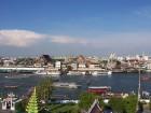 Vue du fleuve Chao Phraya sur lequel on remarque la présence de nombreuses embarcations