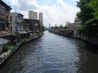 Un canal qui serpente dans Bangkok